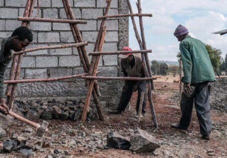 """Ferramentas para a ação humanitária: o que é o """"cash for work""""?"""